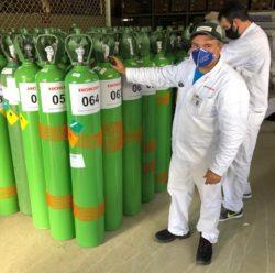 Cilindros de oxigênio saíram de São Paulo e foram entregues em Manaus — Foto: Moto Honda da Amazônia/Divulgação